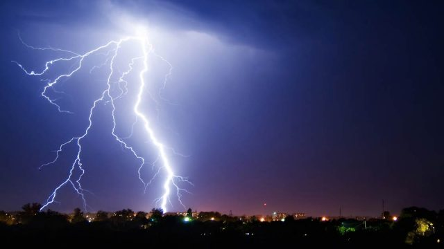 Ploi și descărcări electrice.