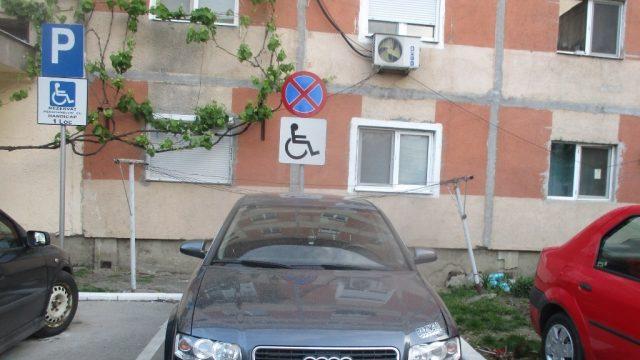 Șoferi nepăsători, parcați în locurile celor destinate persoanelor cu dizabilități