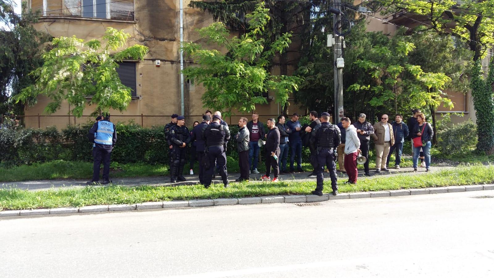 Protestatarii, înconjurați de jandarmi