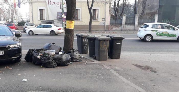 Gunoi abandonat pe stradă