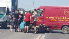 Motociclist, transporat la spital, după ce s-a lovit de un microbuz