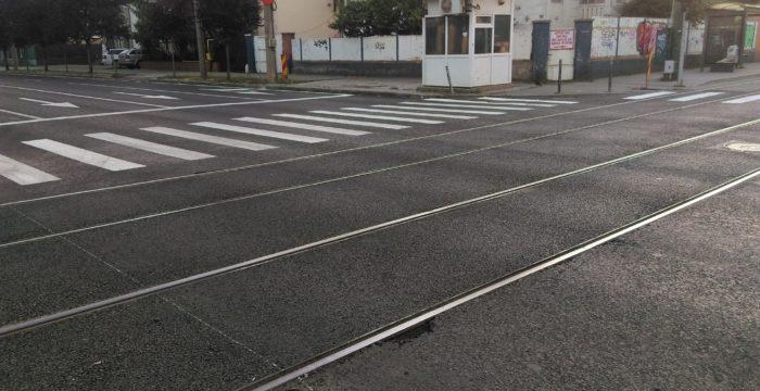 Asfaltul special de pe strada Cluj are deja probleme