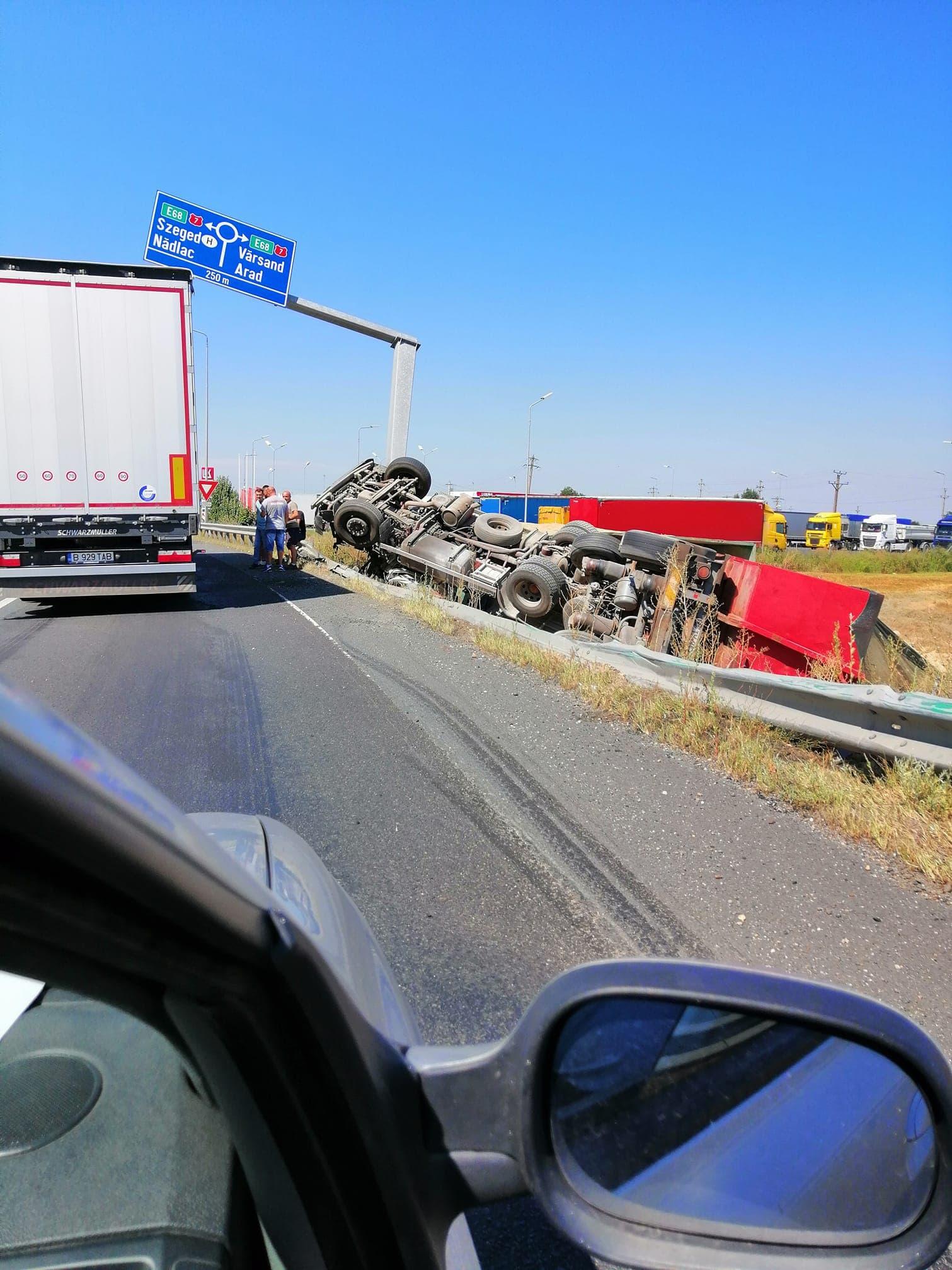 Tir încărcat cu cereale, răsturnat pe Autostrada A1