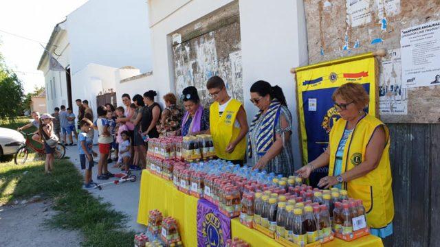 Copiii aflați la joacă în parcul dintr-o localitate aflată în apropierea Timișoarei au primit apă și ceai de fructe