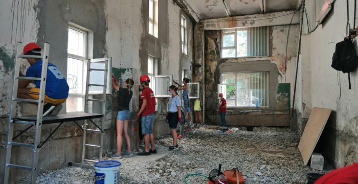 Clădiri aflate în paragină, în cartiere din Timișoara, transformate în centre urbane de tineret