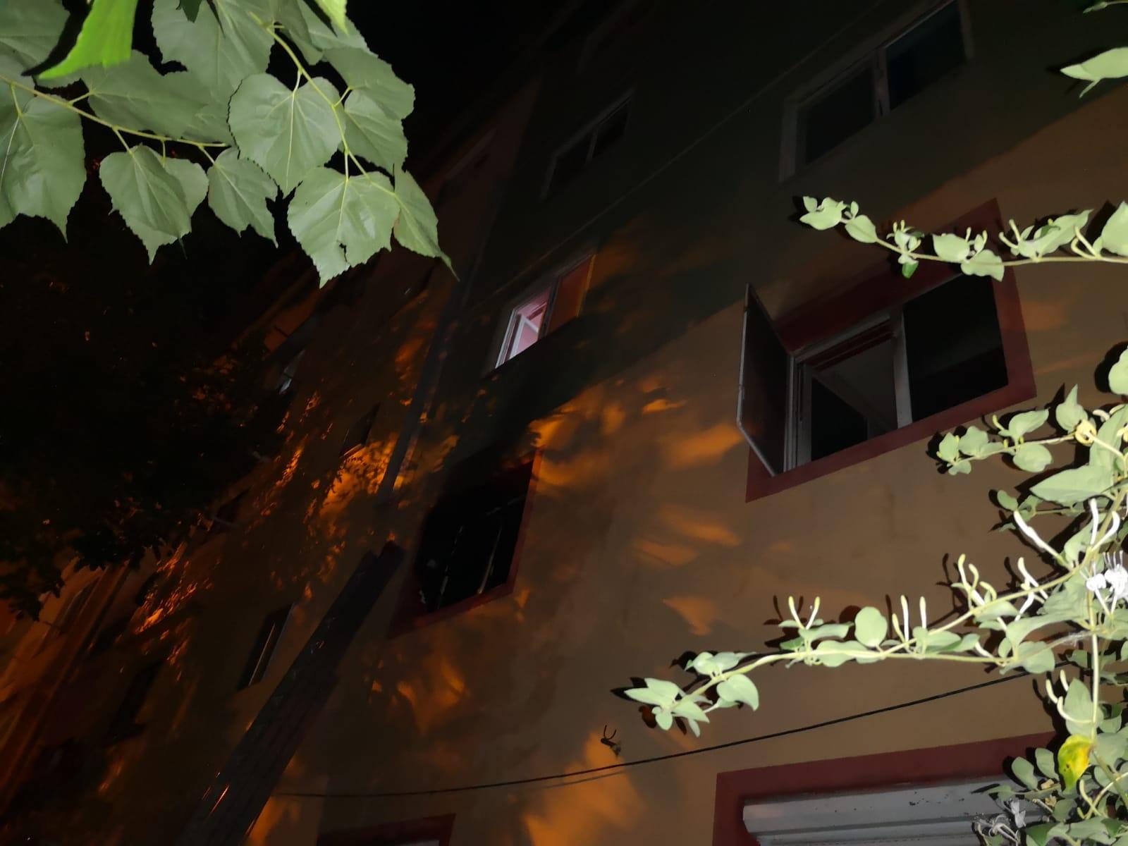 Persoane cu atacuri de panică și zeci de locatari evacuați în urma a două incendii în Banat