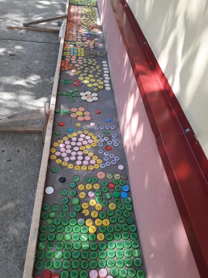 Alee colorată, realizată de copii și voluntari, la școala din Biled, din dopuri reciclate