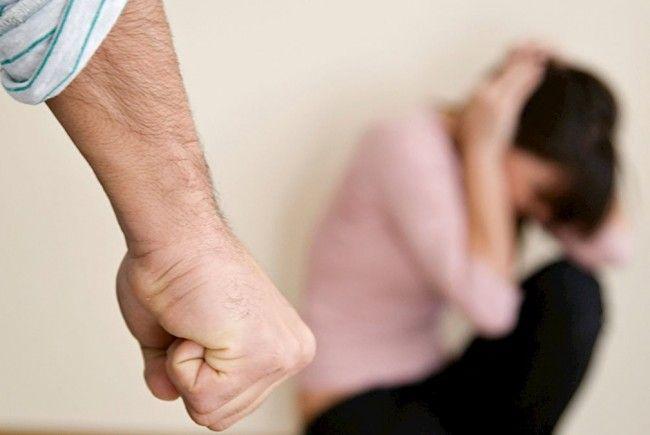 Violențe în familie: femeie bătută și amenințată cu maceta de soțul său